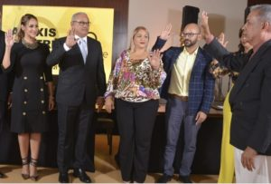 Wanda Sánchez, a la izquierda, tomando juramento.