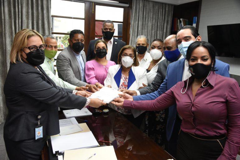 Los 12 diputados que reintrodujeron el Código Penal.