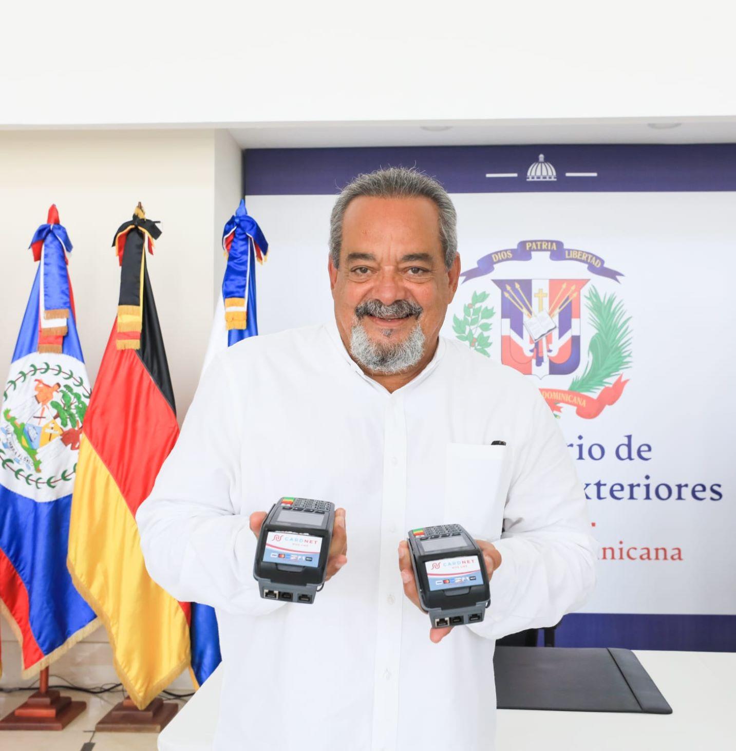 Alfonso Rodríguez recibió los dispositivos para la gestión de cobro por los servicios en el consulado de Los Ángeles.