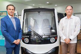 Juan Tomás Díaz Infante y Eric Díaz al lado del nuevo vehículo.