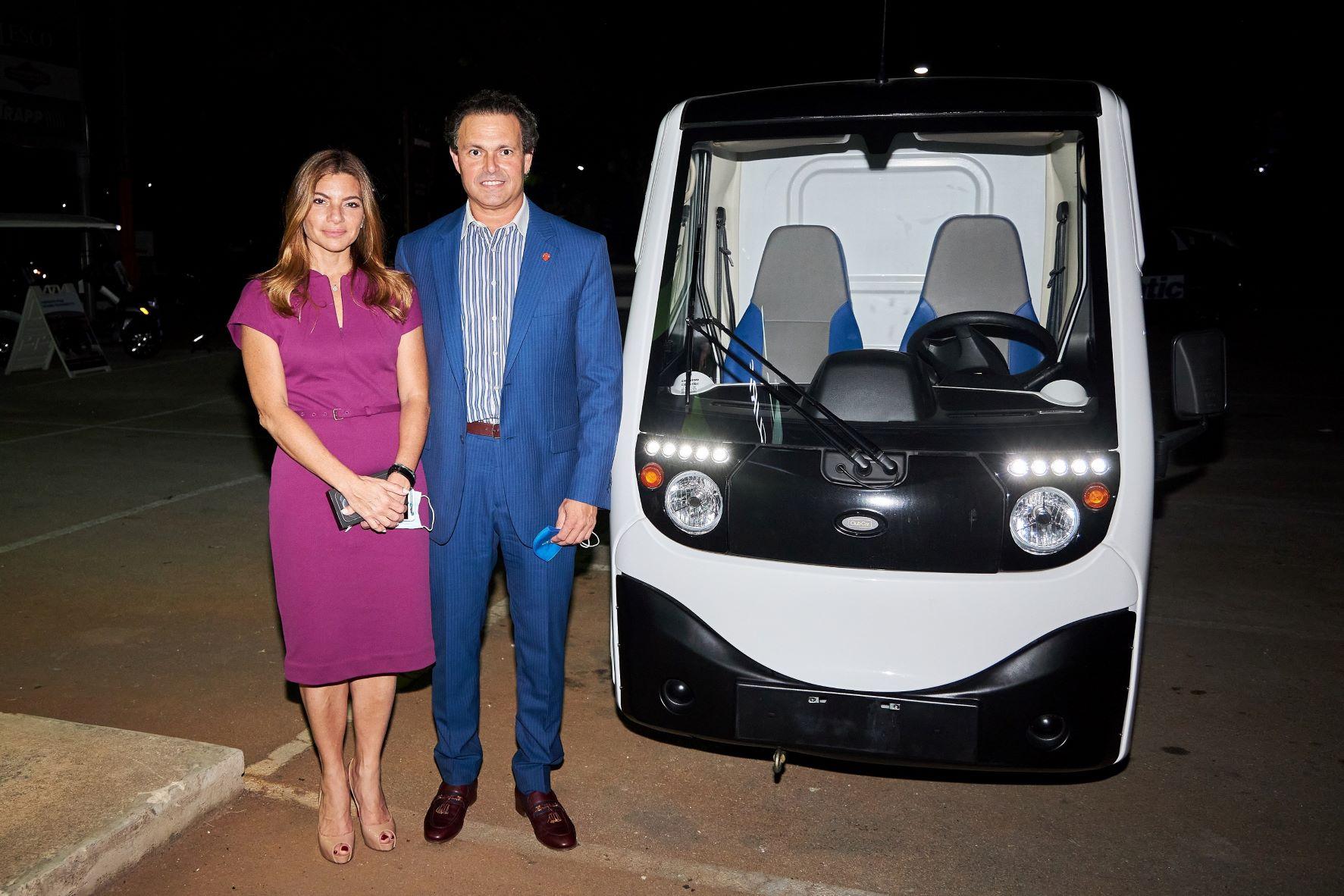 Paola Rainieri y Juan Tomás Díaz Infante al lado del nuevo vehículo.
