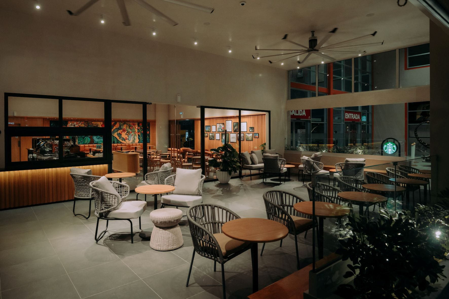 Starbucks inauguró su nueva tienda en Galeria 360.