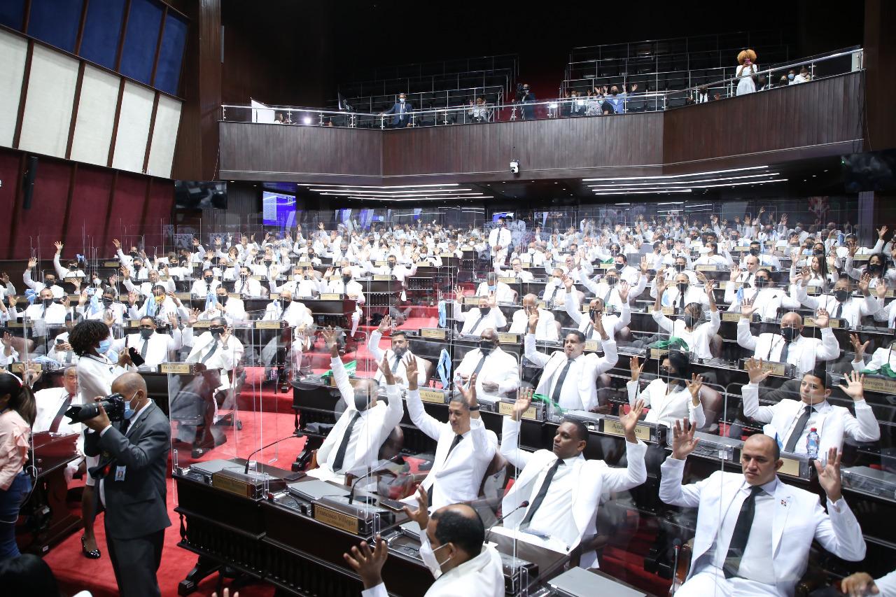 Diptutados levantan las manos durante la esogencia de Alfredo Pacheco, nueva vez, como presidente de la Cámara de Diputados.
