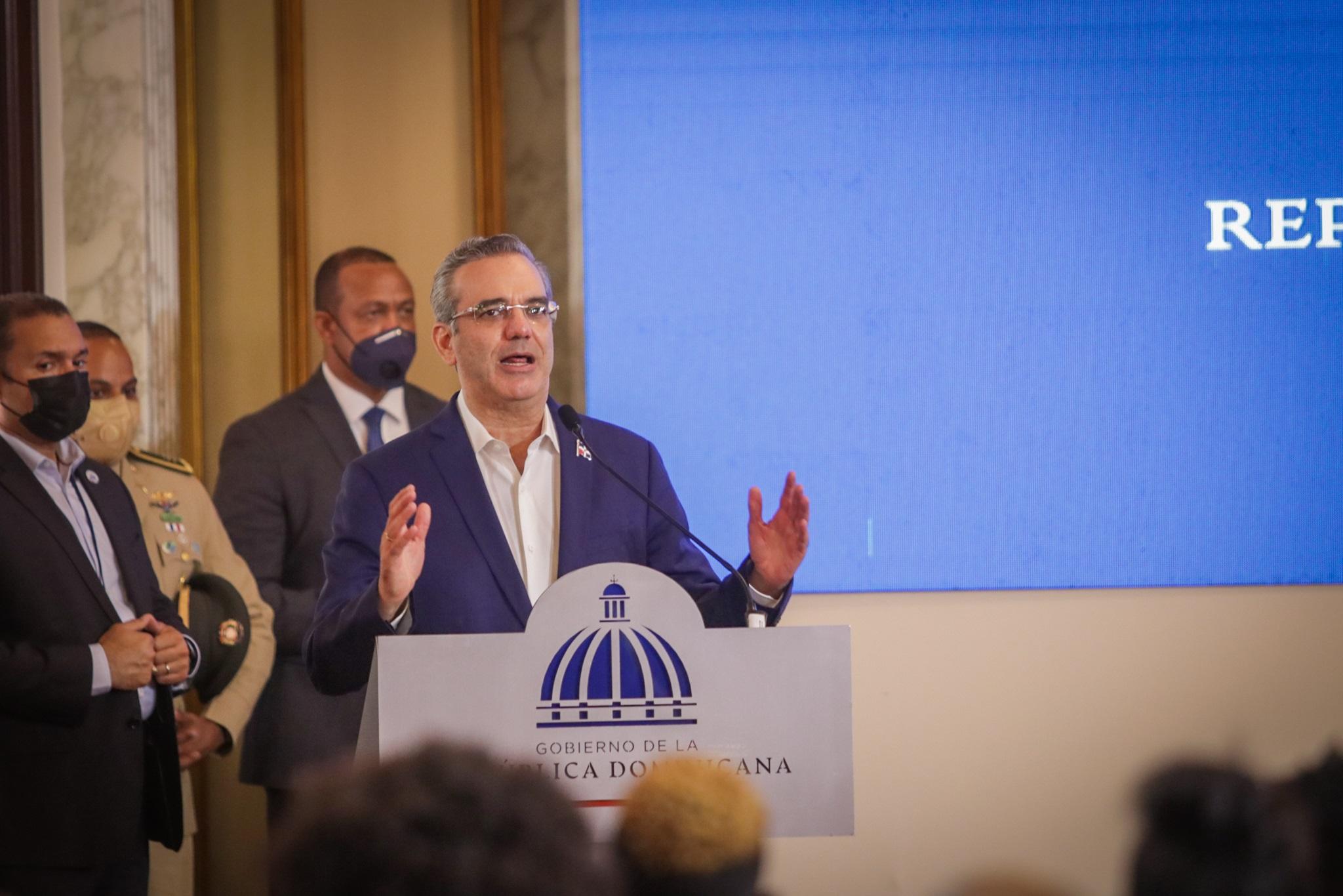 Luis Abinader se dirige a los presentes en el acto en que entregó el dinero prometido a los atletas que dieron medallas al país en los juegos olímpicos Toklo 2020.