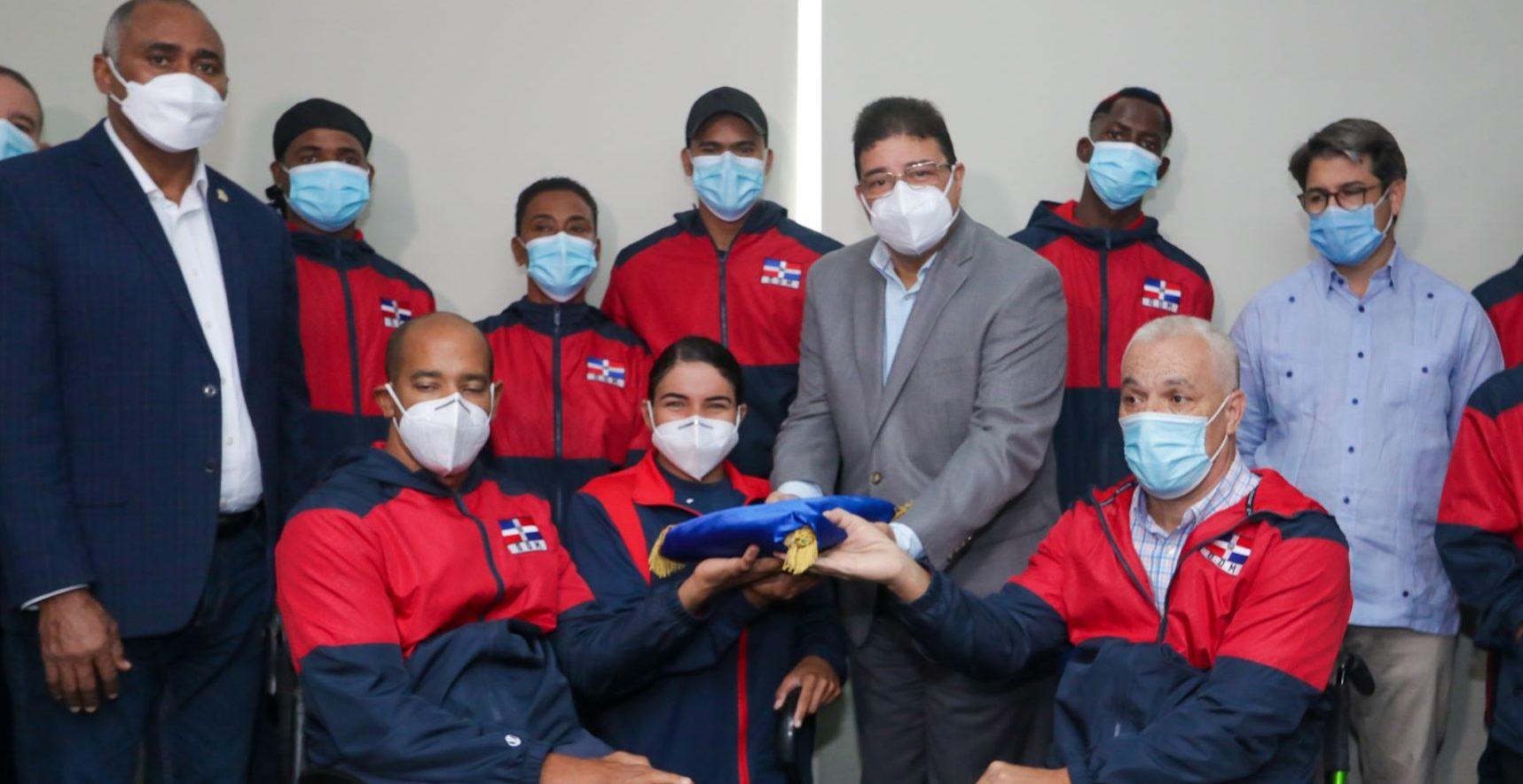 El ministro de Deportes Francisco Camacho entrega la bandera a la comitiva que representará al país en los Juegos Paralímpicos de Tokio 2020.