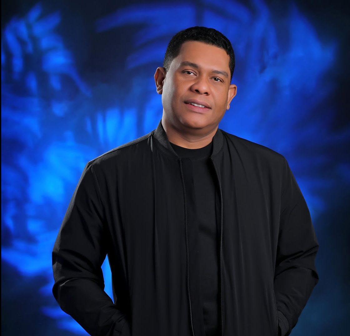 Omar Martí se luce en la escenografía de The Voice Dominicana.