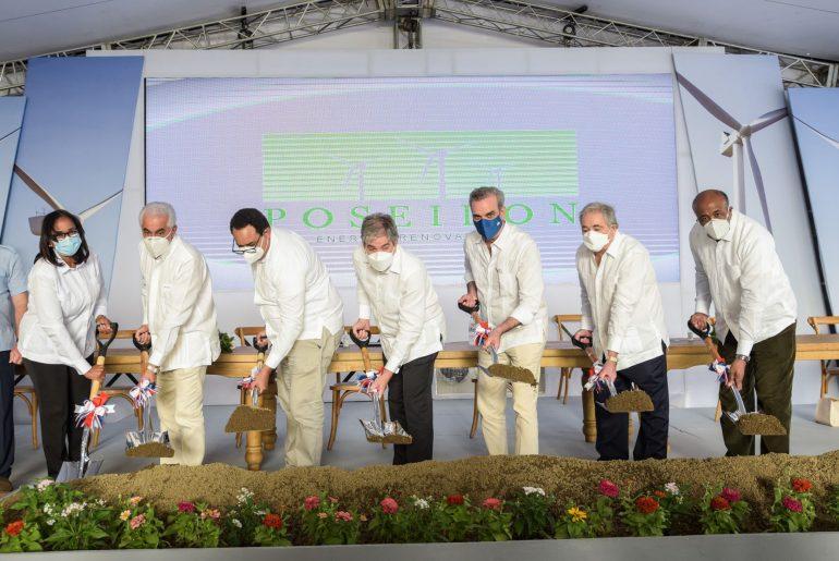 El presidente Luis Abinader encabeza primer palazo de segunda etapa del Parque Eólico Los Guzmancito.
