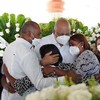 Julito y Roberto Fulcar se confenden en un abrazo con familiares durante el sepelio de don Benjamín Fulcar.