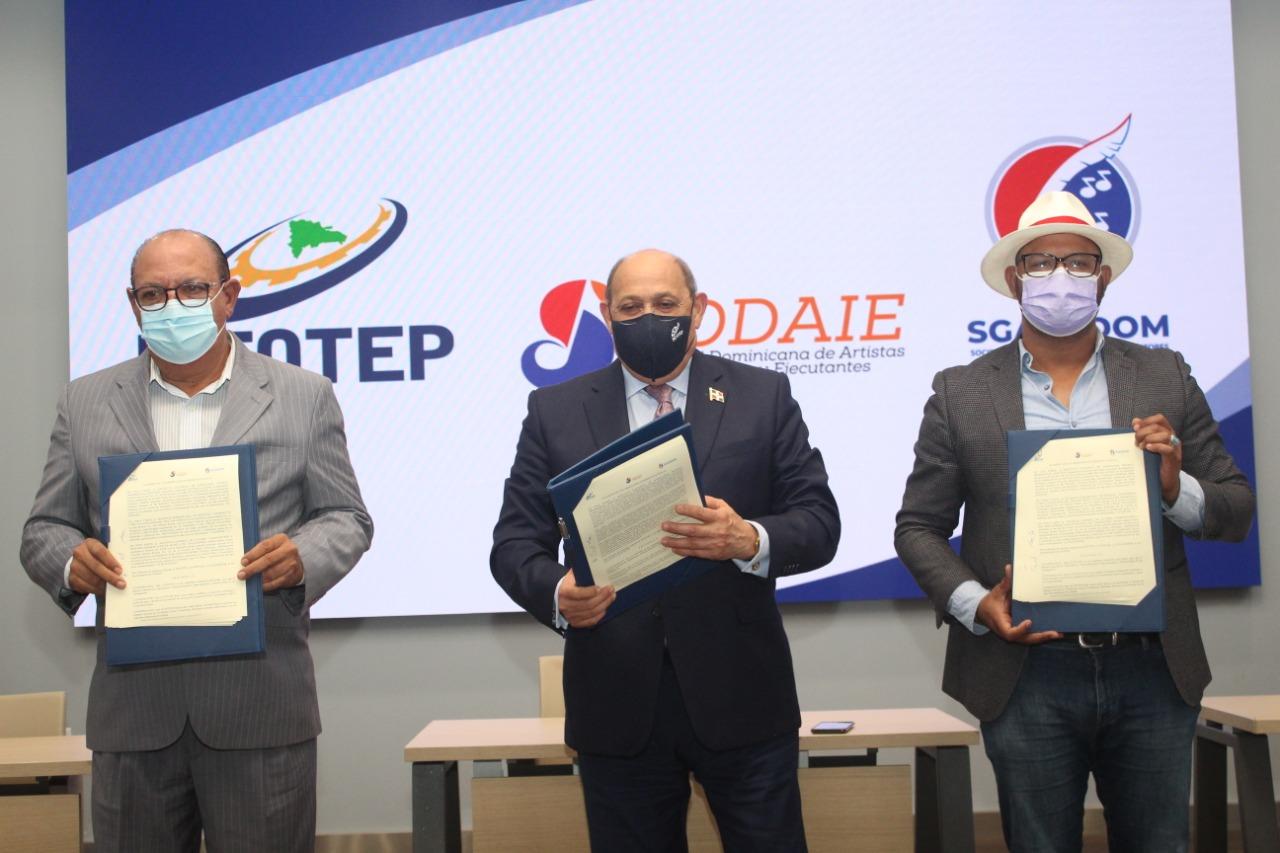 Desde la izquierda, Chucky Acosta, presidentes de SODAIE, Rafael Santos Badía, director del INFOTEP y Giordano Morel, presidente de SGACEDOM.