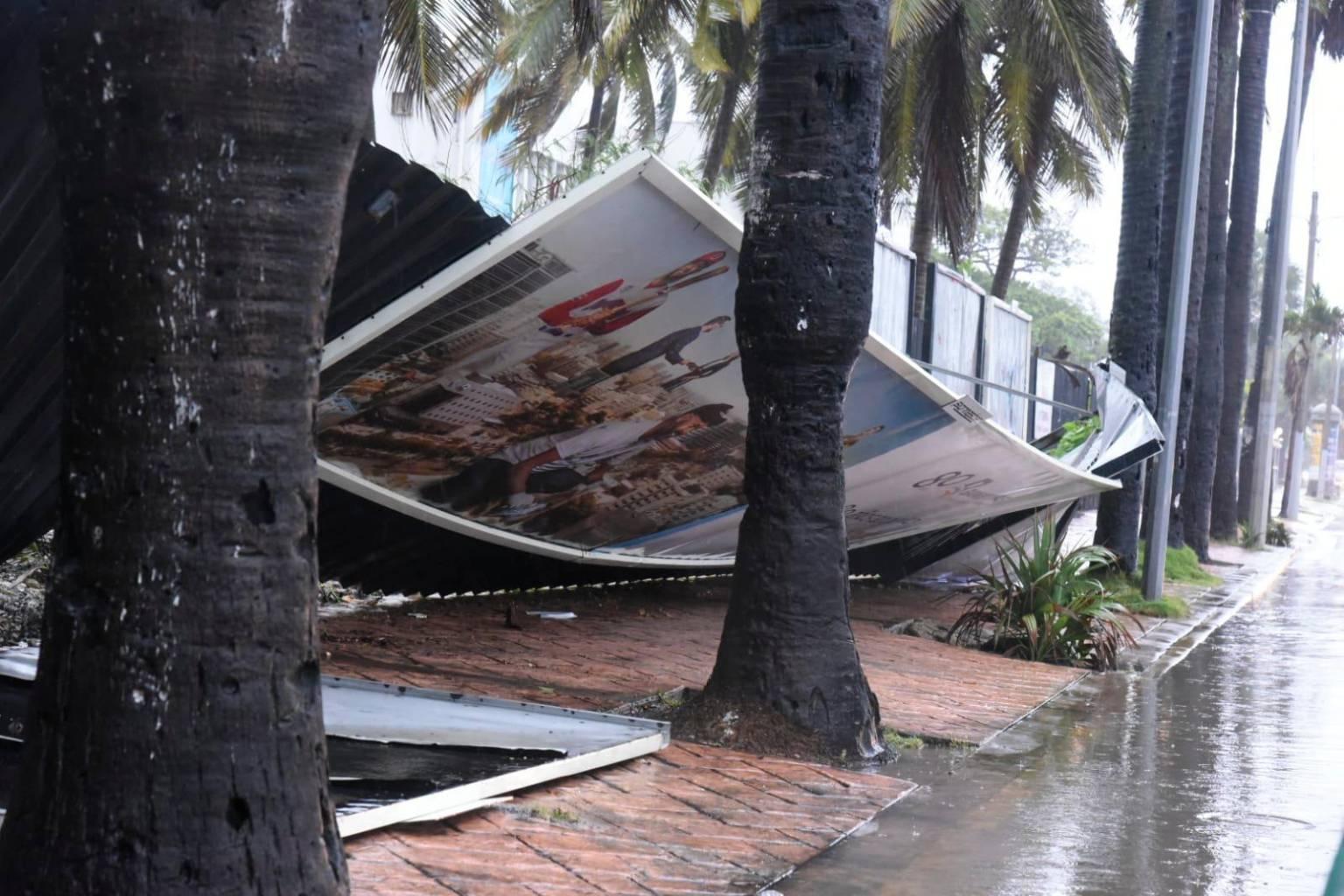Las lluvias y vientos de la tormenta Fred han derribado vallas y árboles a su paso por Santo Domingo.