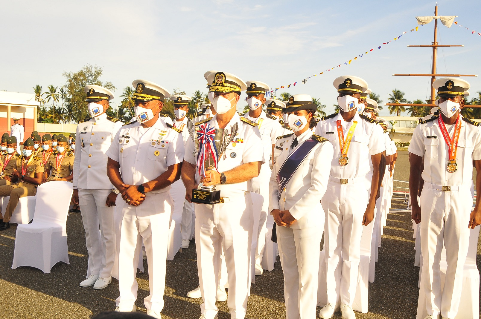 El comandante general de la Armada, vicealmirante Ramón Gustavo Betances Hernández, junto al capitán de navío Félix Manuel Feliz José, director de la Academia Naval, la madrina guardiamarina de cuarto año Liliana Sierra Adames, y los guardiamarinas que ganaron los Juegos de Cadetes.