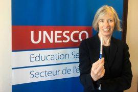 Stefania Giannini, Subdirectora General de Educación de la UNESCO, alerta que 117 millones de alumnos a través del mundo permanecen aún sin escolarizar.