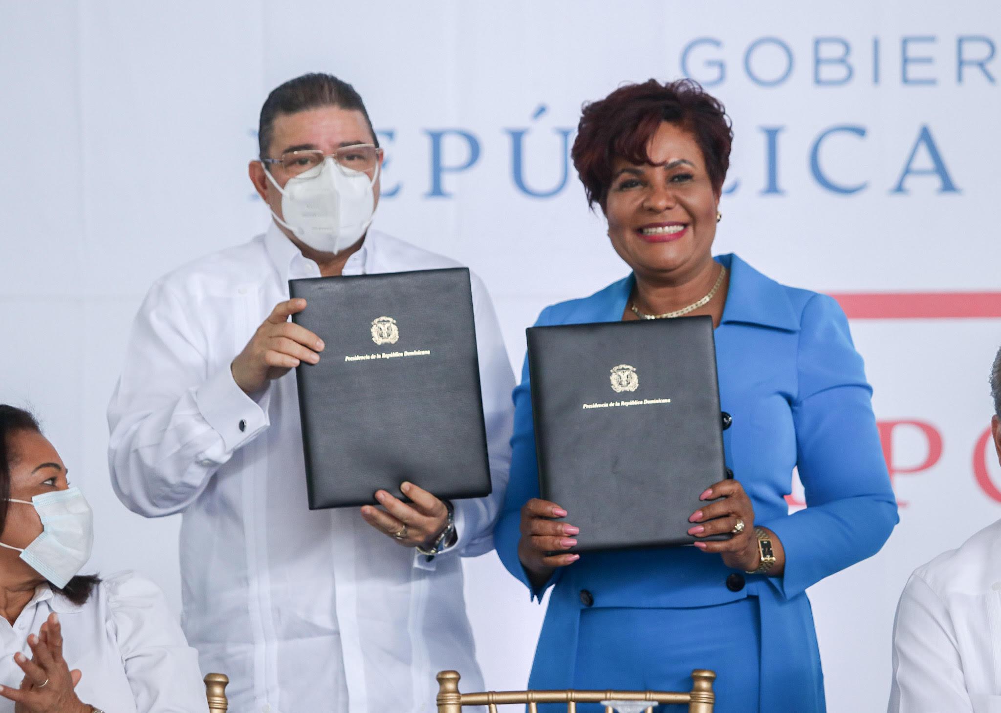 Francisco Camacho, ninistro de Deportes, y Josefa Castillo, superintendente de Seguros, luego de firmar el acuerdo de traspaso de la instalación.