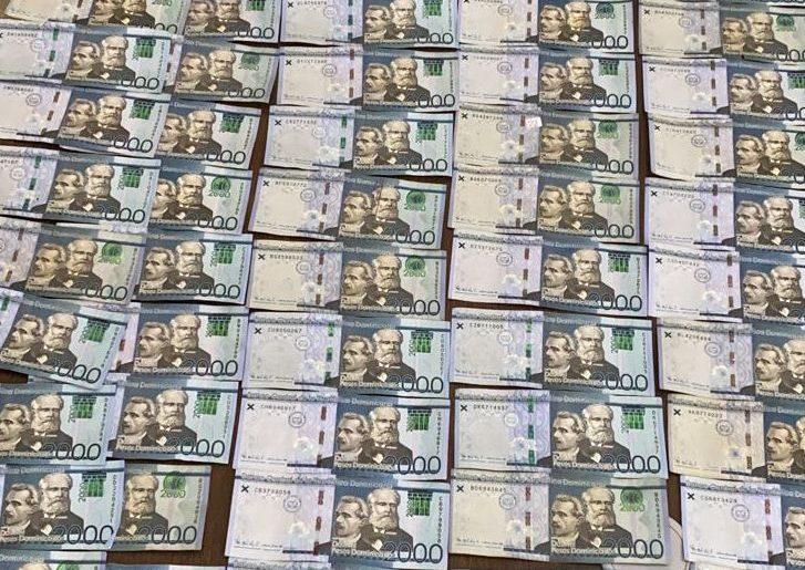 Parte del dinero producto del robo a un comerciante de Nagua.