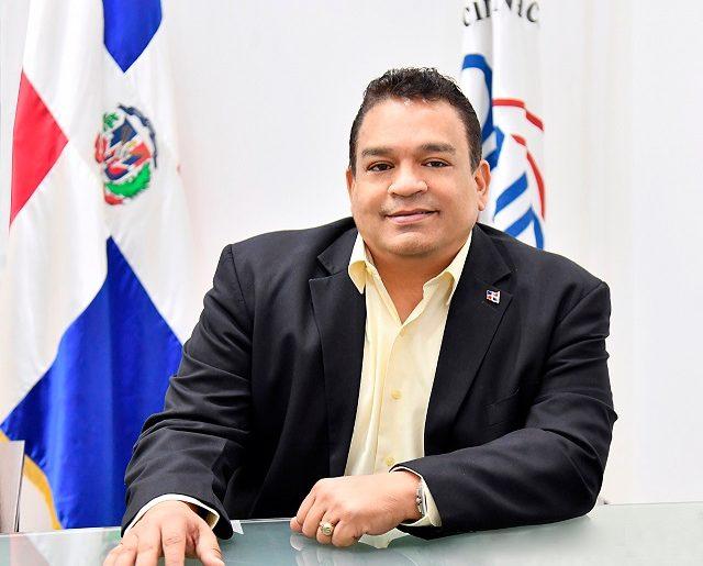 """El licenciado José Ruben Gonell Cosme anunció el seminario-taller sobre el """"Derecho de Autor en la Industria de la Moda""""."""