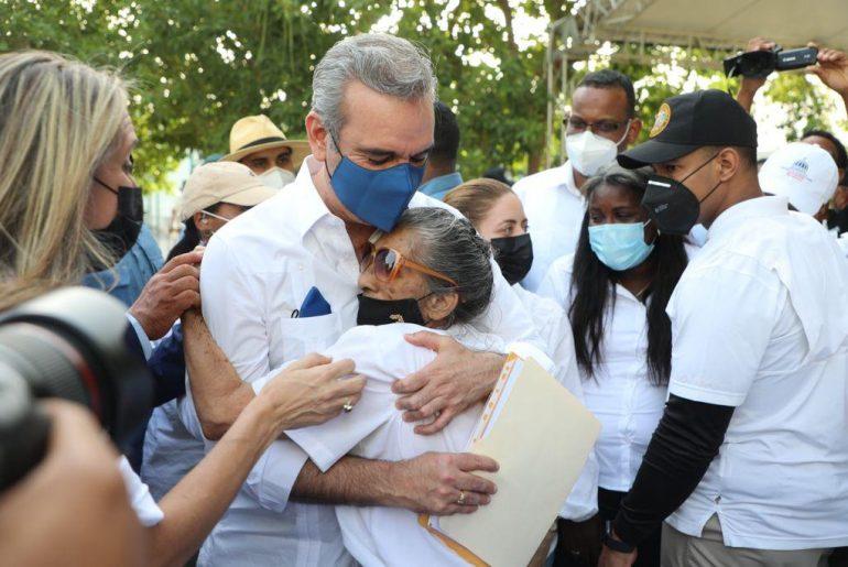 El presidente Luis Abinader se confunde con la gente.