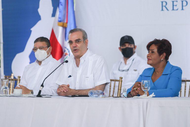 El presidente Luis Abinader habla durante la entrega del club de la Superintendencia de Seguros a la comunidad de Santo Domingo Oeste.
