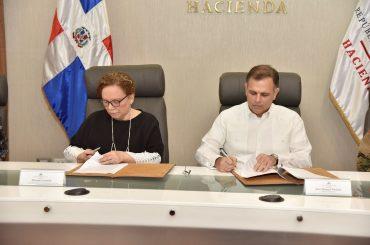 Miriam Germán y Jochi Vicente firman el nuevo protocolo para combatir juegos ilegales.