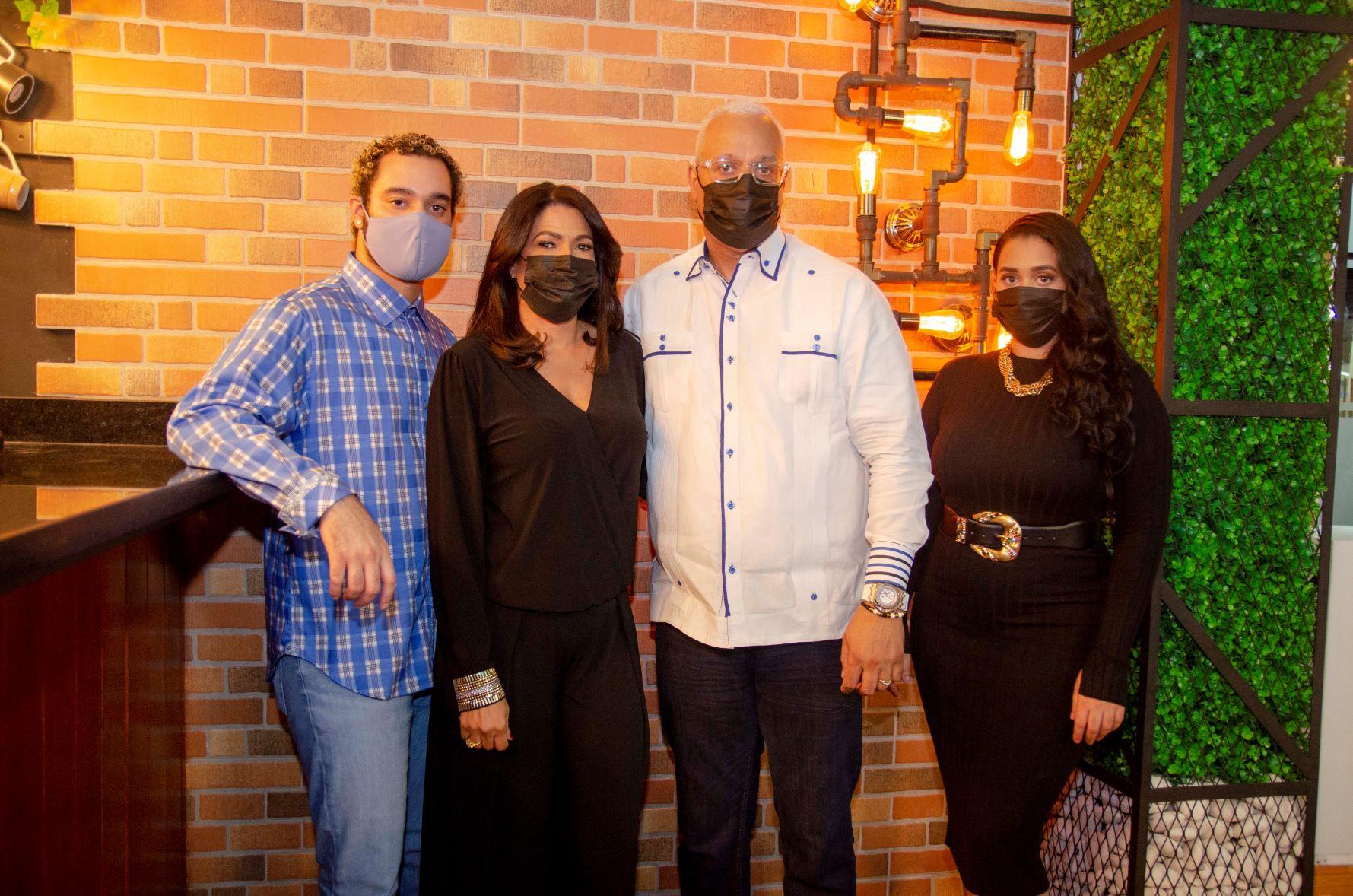 Matthew Cruz, Fatima Ureña, Raymond Cruz y Eledy Cruz en la inauguración de Inauguran My Place Coffee and Grill.