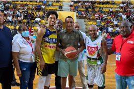 Ricardo Raposo, exjugador del club Centro, realiza el saque honor del torneo, previo al partido entre Centro y Miramar.