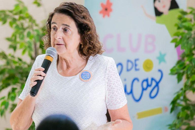 La doctora Rosa Elcarte, representante de UNICEF, expone ante niñas y adolescentes.