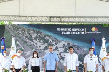 El presidente Luis Abinader, al centro, al anunciar este domingo obras millonarias den Santo Domingo Este, entre ellas la intervención del malecón.
