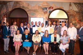 Autoridades de la ADN junto a invitados en el reconocimiento a Prisilla Rivera y Félix Sánchez.