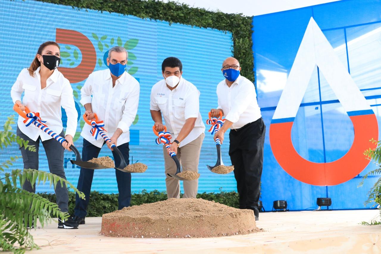 Desde la izquierda, Carolina Mejía, alcaldesa del ADN; el presidente Luis Abinader, Fellito Suberví, director de la CAASD y Alfredo Pacheco, presidente de la Cámara de Diputados, dan el primer palazo para la construcción de Cristo Park.
